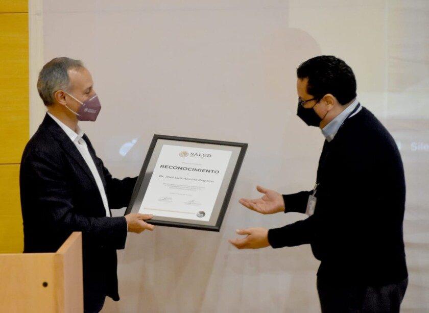 José Luis Alomía Zegarra recibe reconocimineto