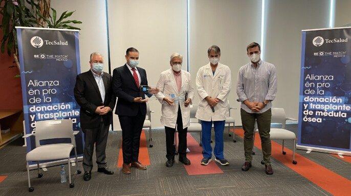Entrega de la placa de certificación a TecSalud como parte de la Red Internacional de Centros de Trasplantes de Be The Match México