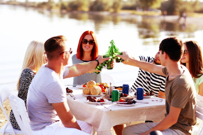 amigos felices al aire libre
