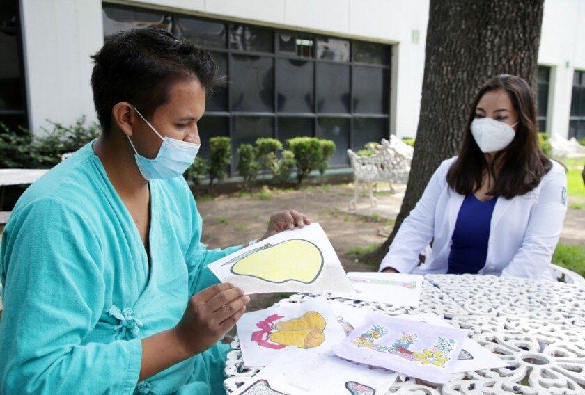 doctora Eunice Itzel Valle Arteaga con un paciente