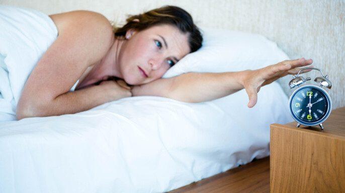 mujer despierta en la noche