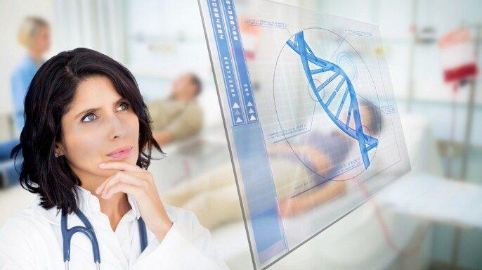 Doctora mirando la pantalla con datos de hélice de ADN