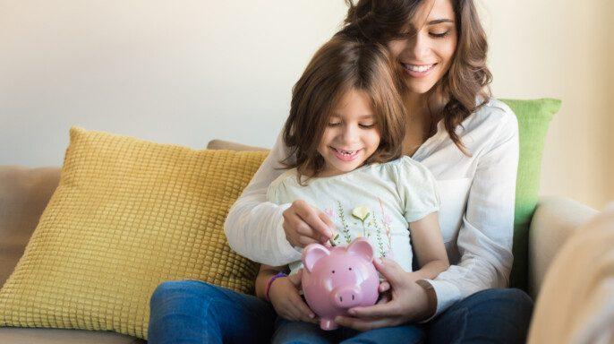 Mamá ahorrando con hija