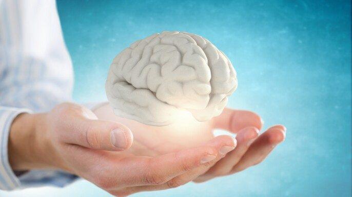 Ilustración de protección y cuidado de la salud mental mujer sosteniendo cerebro en sus manos