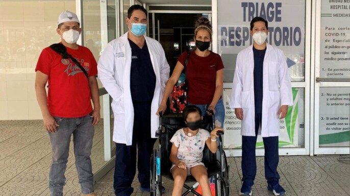 Paciente con su familia y personal médico