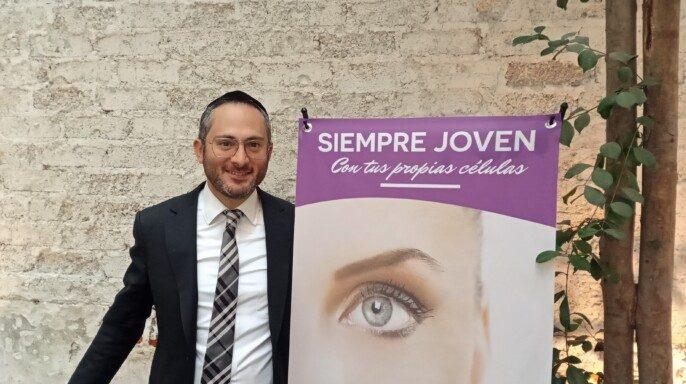 Especialista al lado de Banner con texto SIEMPRE JOVEN